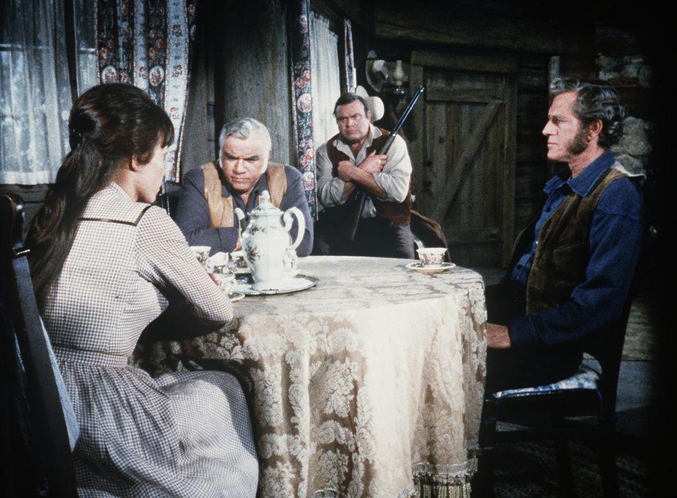 Ellen (Verna Bloom, l.), Ben (Lorne Greene, 2.v.l.), Hoss (Dan Blocker, 2.v.r.) und Sam Masters (John Anderson, r.) werden von Colonel Hudson belage... - Bildquelle: Paramount Pictures