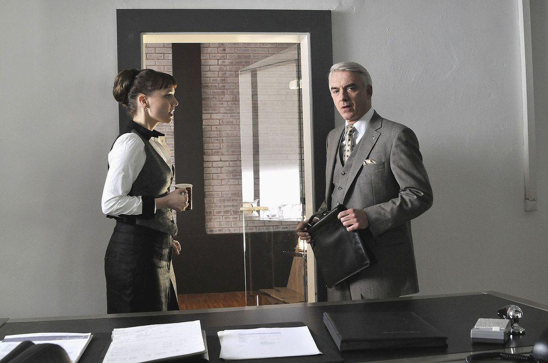 """Tag 1 als Chef: Lukas (Christoph M. Ohrt, r.) lässt sich von Frau Neumann (Nadja Becker, l.) """"seine"""" Firma erklären... - Bildquelle: Jacqueline Krause-Burberg Sat.1"""