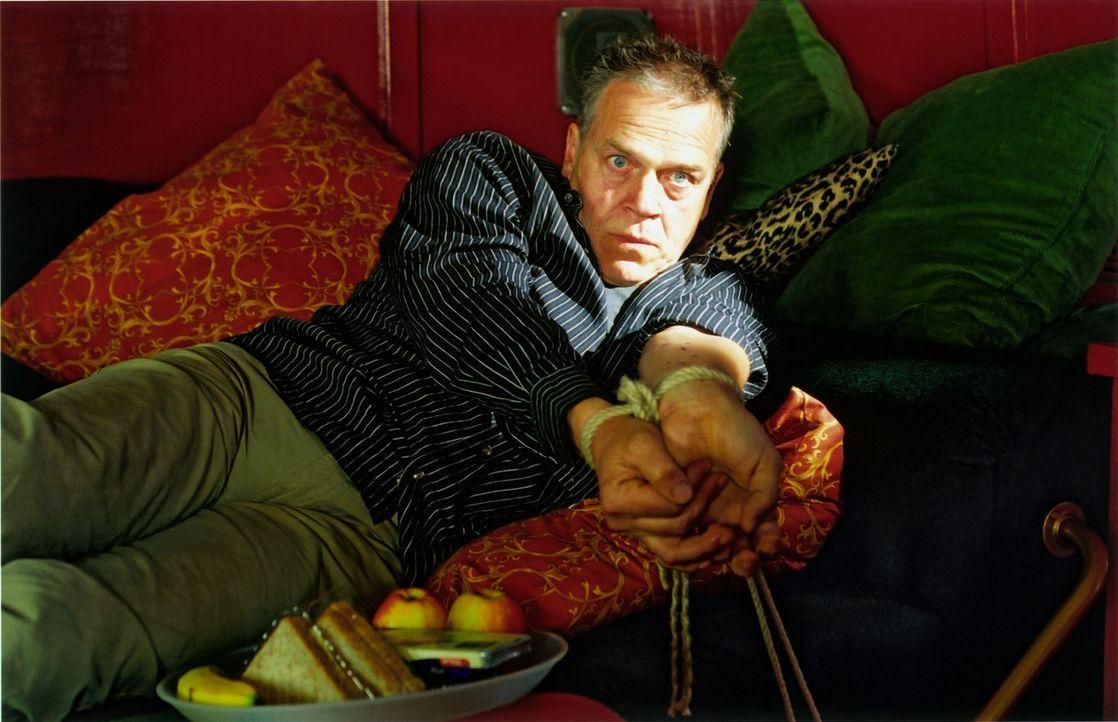 Kommissar Wolff (Jürgen Heinrich) in der Gewalt des Verbrechers Golding ... - Bildquelle: Claudius Pflug Sat.1