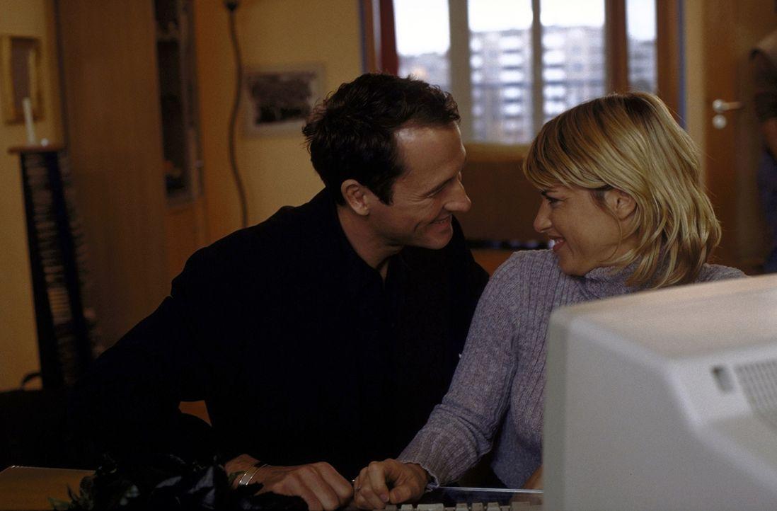 Jahrelang gelingt es Heinz (Markus Knüfken, l.), seine Freundin Stefanie (Ellen ten Damme, r.) zu betrügen. Doch eines Tages kommt sie ihm auf die S... - Bildquelle: Norbert Kuhroeber ProSieben