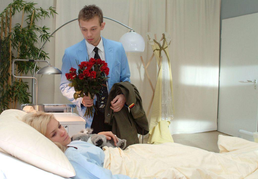 Jürgen (Oliver Bokern, r.) versucht Sabrina (Nina-Friederike Gnädig, l.) zu überreden, zu ihm zu ziehen. - Bildquelle: Monika Schürle Sat.1