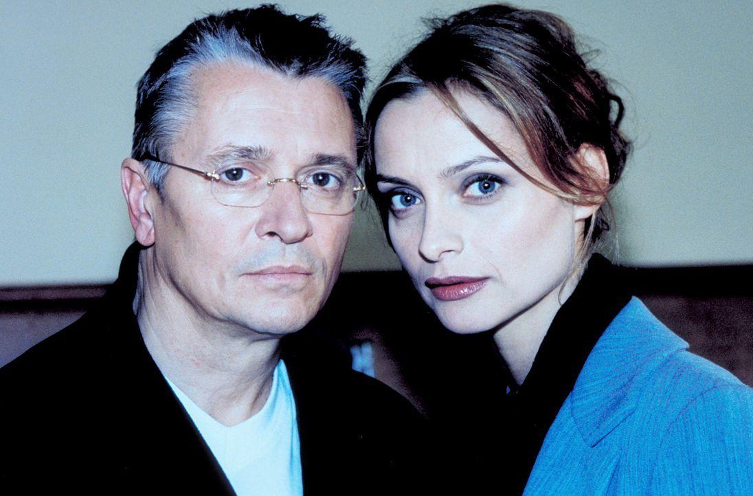 Mutig stellt Sylvie (Catherine Flemming, r.) ihren Mann Hanno (Henry Hübchen, l.) zur Rede: Ist er der gesuchte Serienkiller? - Bildquelle: Katrin Knoke ProSieben