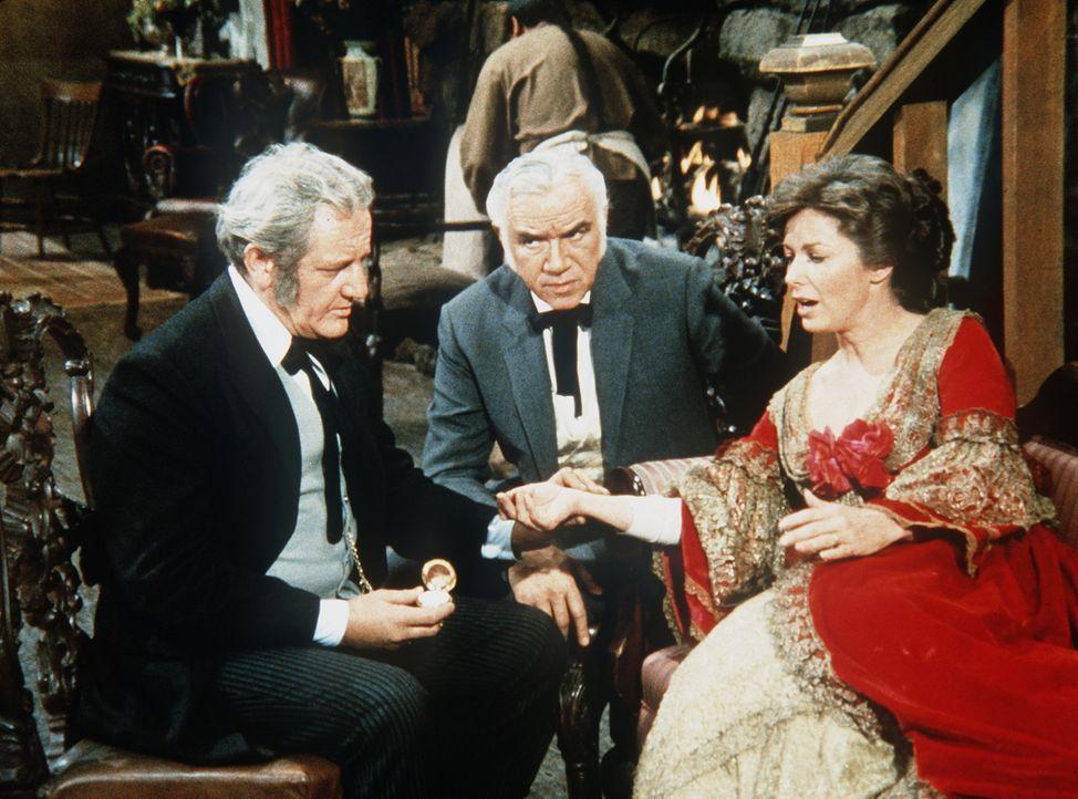 Ben (Lorne Greene, M.) und Dr. Phelps (Henry Beckman, l.) fürchten, dass April (Vera Miles, r.) Tollwut haben könnte. - Bildquelle: Paramount Pictures