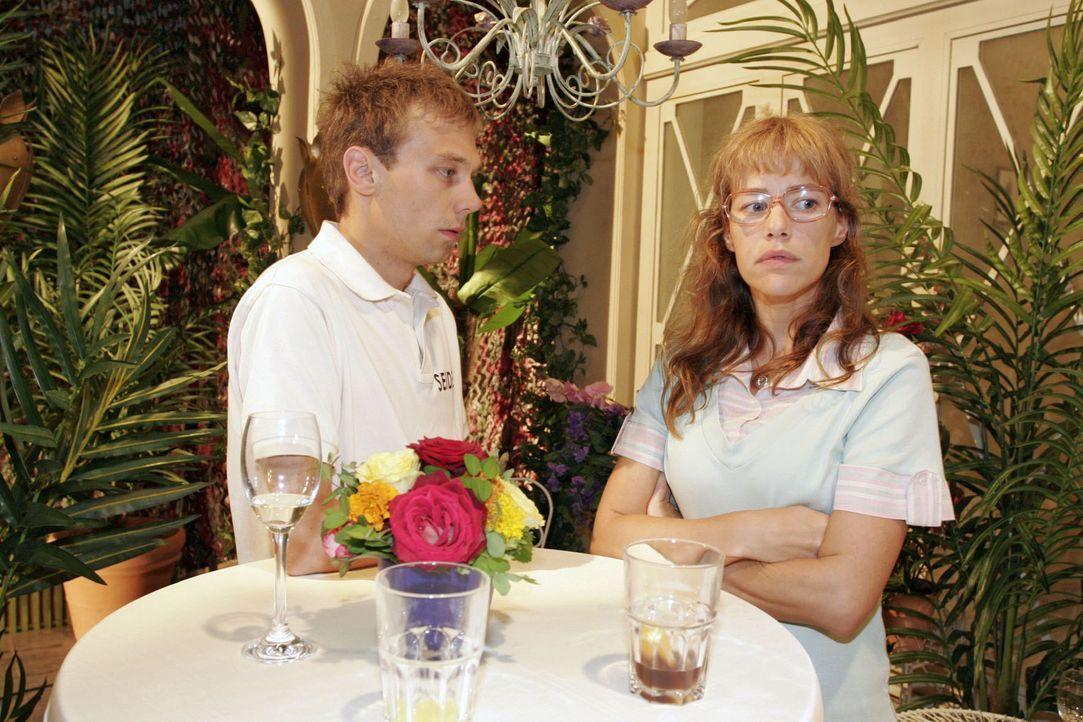Lisa (Alexandra Neldel, r.) macht es Jürgen (Oliver Bokern, l.) nicht gerade leicht, sich bei ihr zu entschuldigen. (Dieses Foto von Alexandra Nelde... - Bildquelle: Noreen Flynn Sat.1