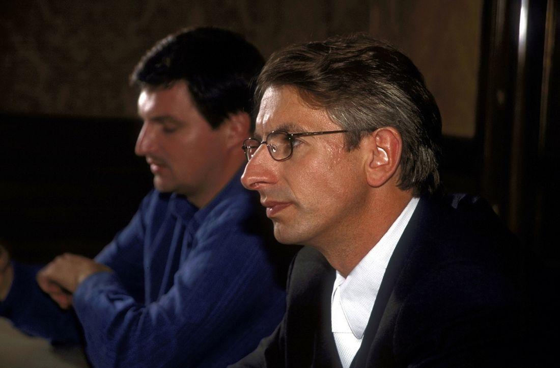 Völlig überraschend erklärt sich Dr. Endress (Ingolf Lück, r.) bereit, André (Stefan Jürgens, l.) zu verteidigen ... - Bildquelle: Leslie Haslam ProSieben