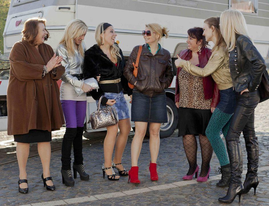 Die Stadt Köln hat den Sperrbezirk vergrößert und deshalb sollen die Prostituierte Ulla Bode (Traute Hoess, l.) und ihre Kolleginnen weichen. Doch u... - Bildquelle: Frank Dicks SAT.1