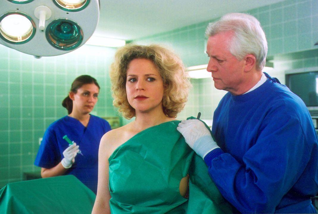 Professor Halbauer (Bodo Wolf, r.) unterrichtet Iris (Christiane Brammer, M.) von dem recht unerfreulichen Untersuchungsergebnis. Iris hat in beiden... - Bildquelle: Noreen Flynn Sat.1