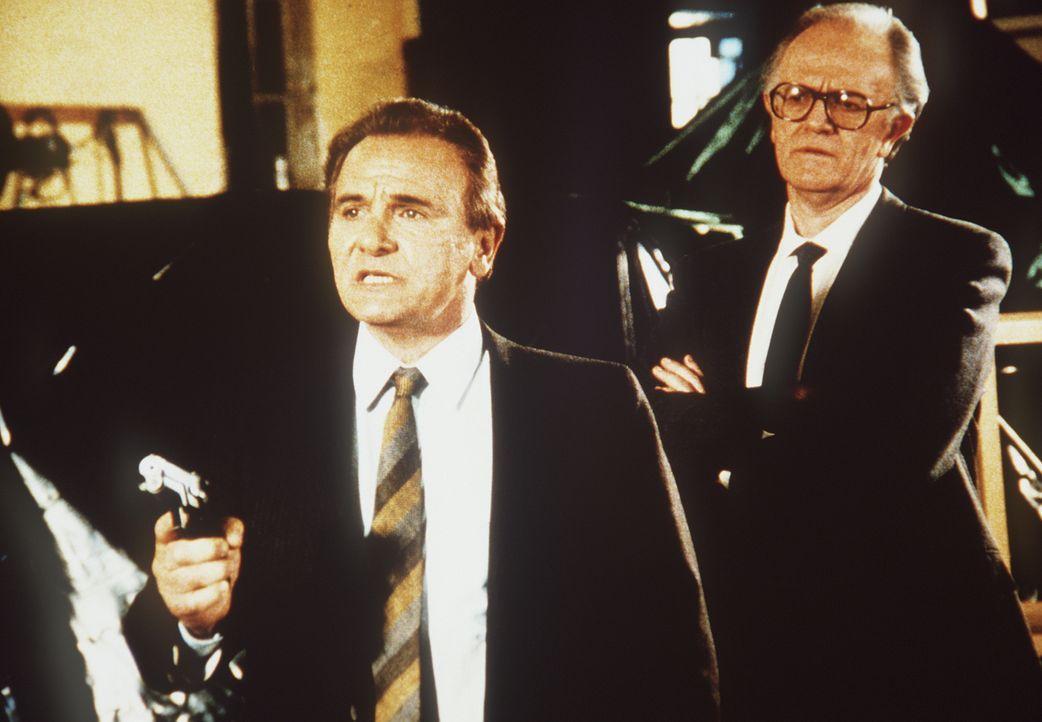 Der schwerreiche Verleger Raoul Nesbitt (Josef Sommer, r.) und der Ostblock-Agent Emile Dursac (Michael Pataki, l.) machen gemeinsame Sache ... - Bildquelle: CBS Television