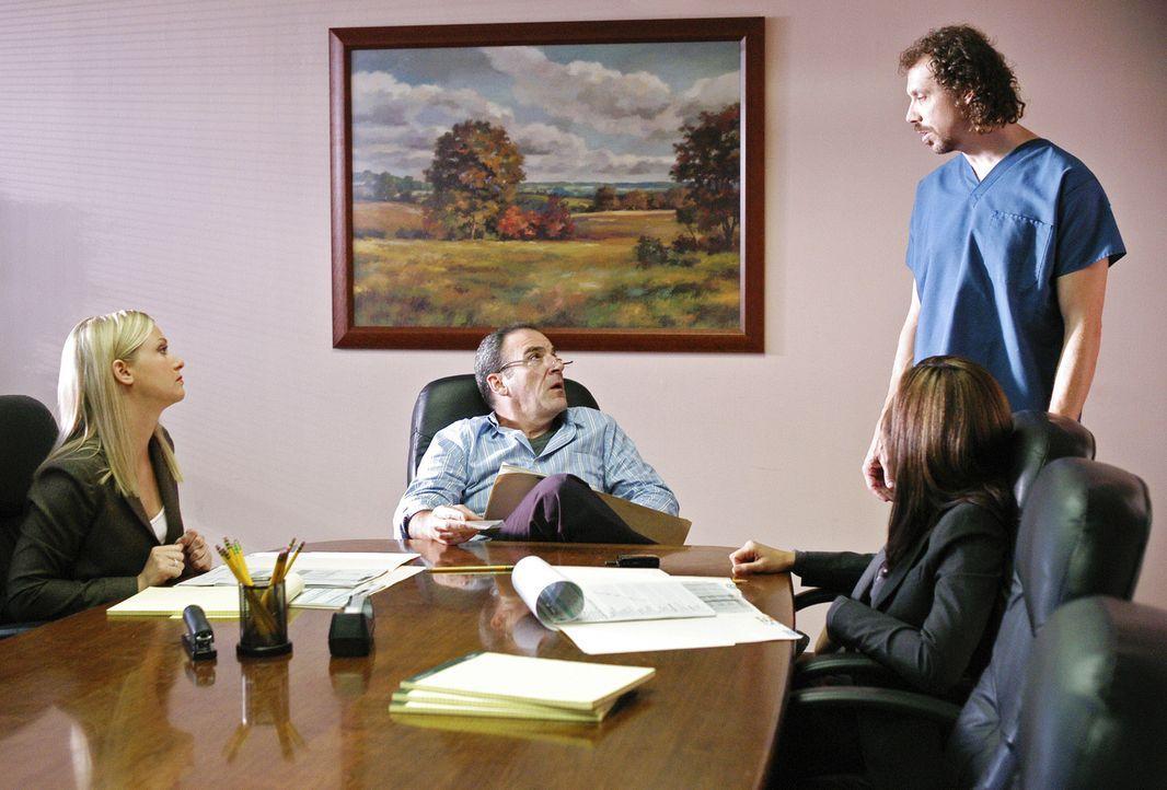 Da die Spur des Täters in ein Krankenhaus führt, ermitteln Jason Gideon (Mandy Patinkin, 2.v.l.), Elle Greenway (Lola Glaudini, 2.v.l.) und Jennifer... - Bildquelle: Gale Adler 2005 CBS BROADCASTING INC. All Rights Reserved.