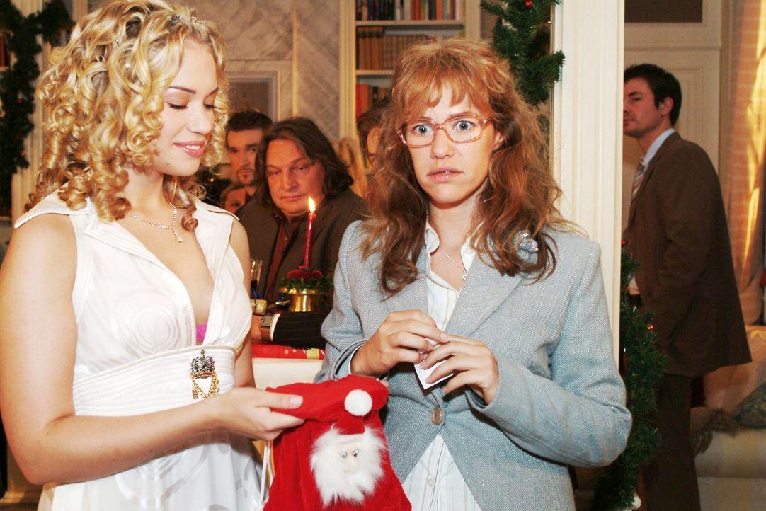 Lisa (Alexandra Neldel, r.) ist verdutzt, dass sie aus Kims (Lara-Isabelle Rentinck, l.) Weihnachtssäckchen fürs Wichteln ausgerechnet David gezogen... - Bildquelle: Monika Schürle Sat.1