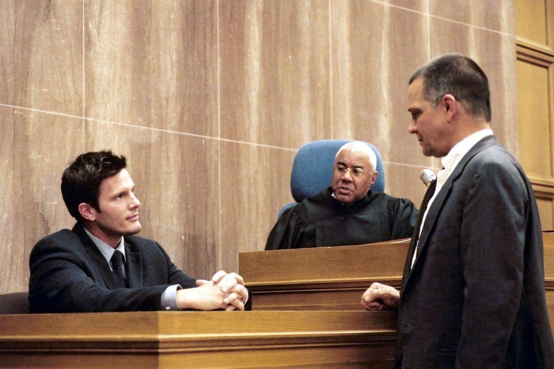 Stefanies Pflichtverteidiger Bernard Quinn (James Russo, r.) will die Aussage von Robert Field (Rick Otto, l.). - Bildquelle: Oliver Rossberg Sat.1