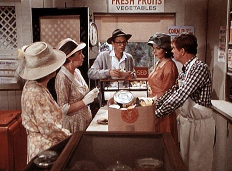 Miss Emily (Mary Jackson, 2.v.l.) und Miss Mamie (Helen Kleeb, l.) wollen einen Wohltätigkeitsabend veranstalten. Die Waren sind jedoch rationiert,... - Bildquelle: WARNER BROS. INTERNATIONAL TELEVISION