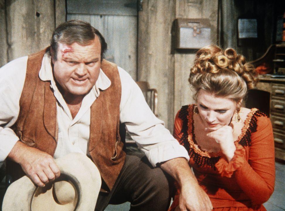 Die Schauspielerin Lola Fairmont (Mariette Hartley, r.) hat in Notwehr ihren Ex-Liebhaber erschossen. Hoss (Dan Blocker, l.) will die Tat aus Ritter... - Bildquelle: Paramount Pictures