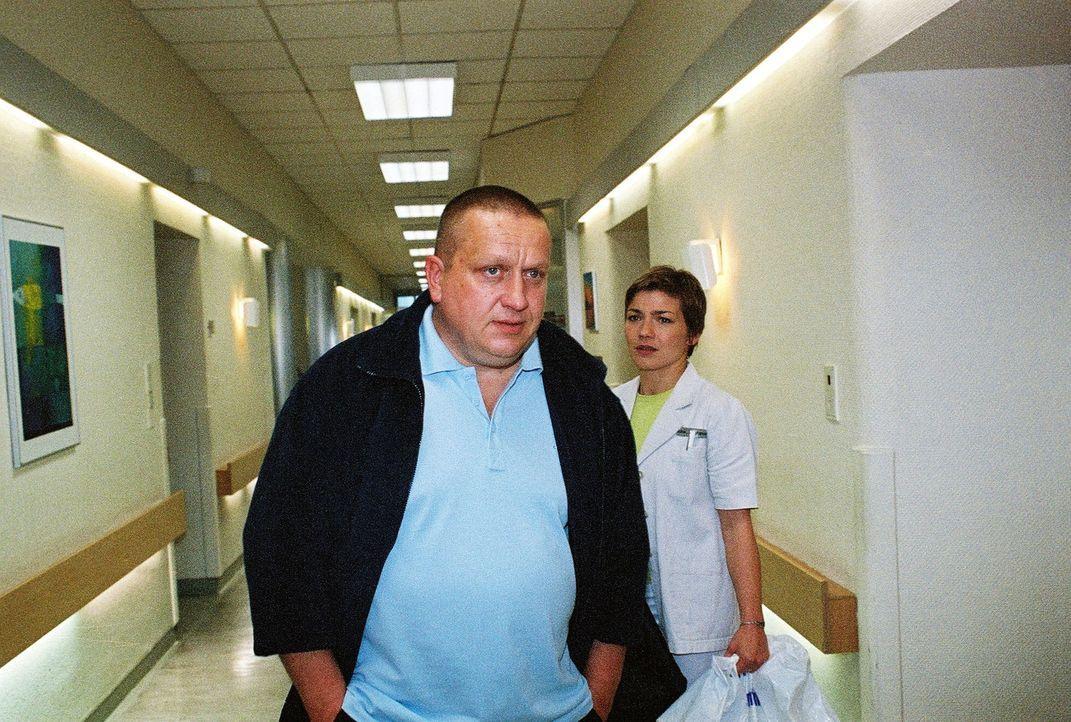 Lothar Ledebour (Udo Kroschwald, l.) kann es nicht fassen, dass er mit einem Drogensüchtigen ein Zimmer teilen muss. Stephanie (Claudia Schmutzler,... - Bildquelle: Monika Schürle Sat.1