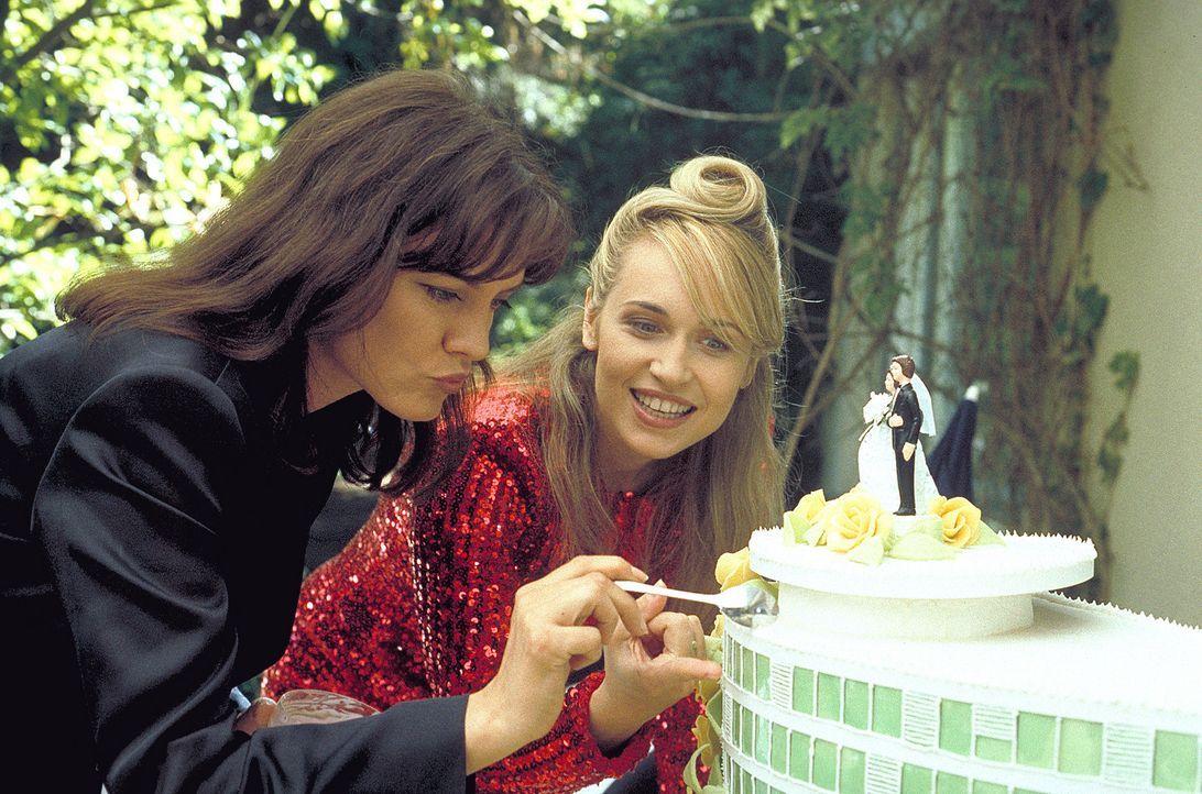 Mit ihrer besten Freundin Nadine (Maja Maranow, l.) feiert Meike (Anica Dobra, r.) ausgelassenen ihren Hochzeitstag. Da überkommt die junge Frau ein... - Bildquelle: A. Kiermeier ProSieben