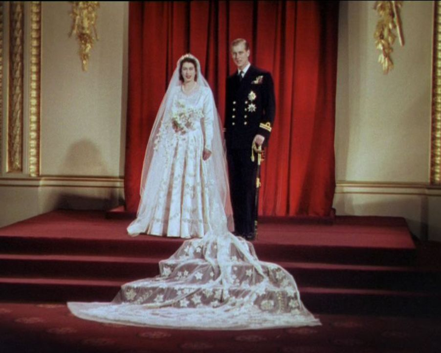 Prinzessin Elizabeth (l.) und Leutnant Philip Mountbatten (r.) von der Royal Navy gaben sich am 20. November 1947 in der Westminster Abbey in London... - Bildquelle: HTI  MEDIA