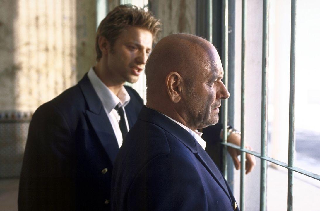 Jonathan (Klaus Löwitsch, r.) und sein Neffe Sven (Igor Jeftic, l.) leben von kleinen Banküberfällen. Doch eines Tages wittern sie ihre große Chance... - Bildquelle: Pfeiffer ProSieben