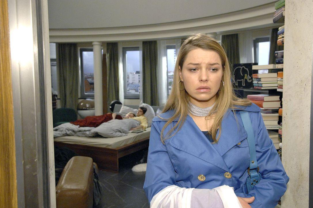 Katja (Karolina Lodyga, r.) ist fassungslos, als sie Anna (Jeanette Biedermann, l.) und Jonas (Roy Peter Link, M.) friedlich nebeneinander im Bett l... - Bildquelle: Claudius Pflug Sat.1