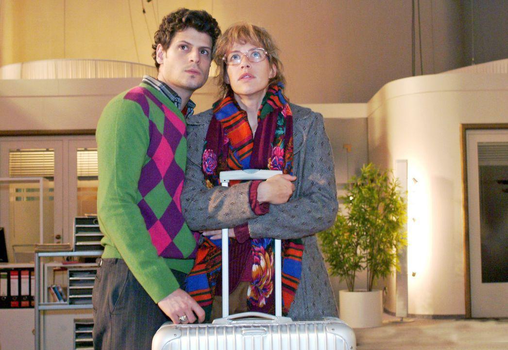 Lisa (Alexandra Neldel, r.) und Rokko (Manuel Cortez, l.) hoffen, dass die Lösegeldübergabe geklappt hat und David wieder freigelassen wird. (Dieses... - Bildquelle: Monika Schürle Sat.1