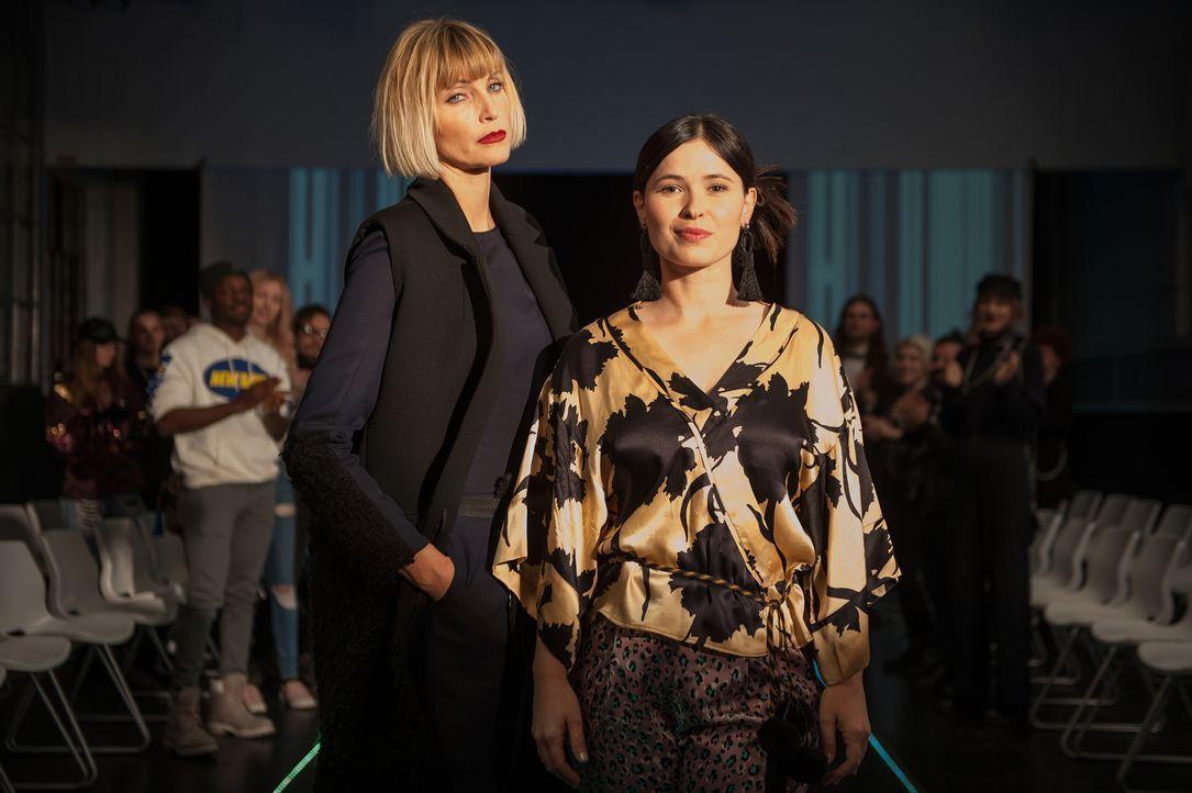Mit einer gemeinsamen Modekollektion soll Mandy unter ihrem Künstlernamen Mia der Durchbruch und Agnes van Beuyten (Nadja Auermann, r.) das Comeback... - Bildquelle: Britta Krehl SAT.1 / Britta Krehl