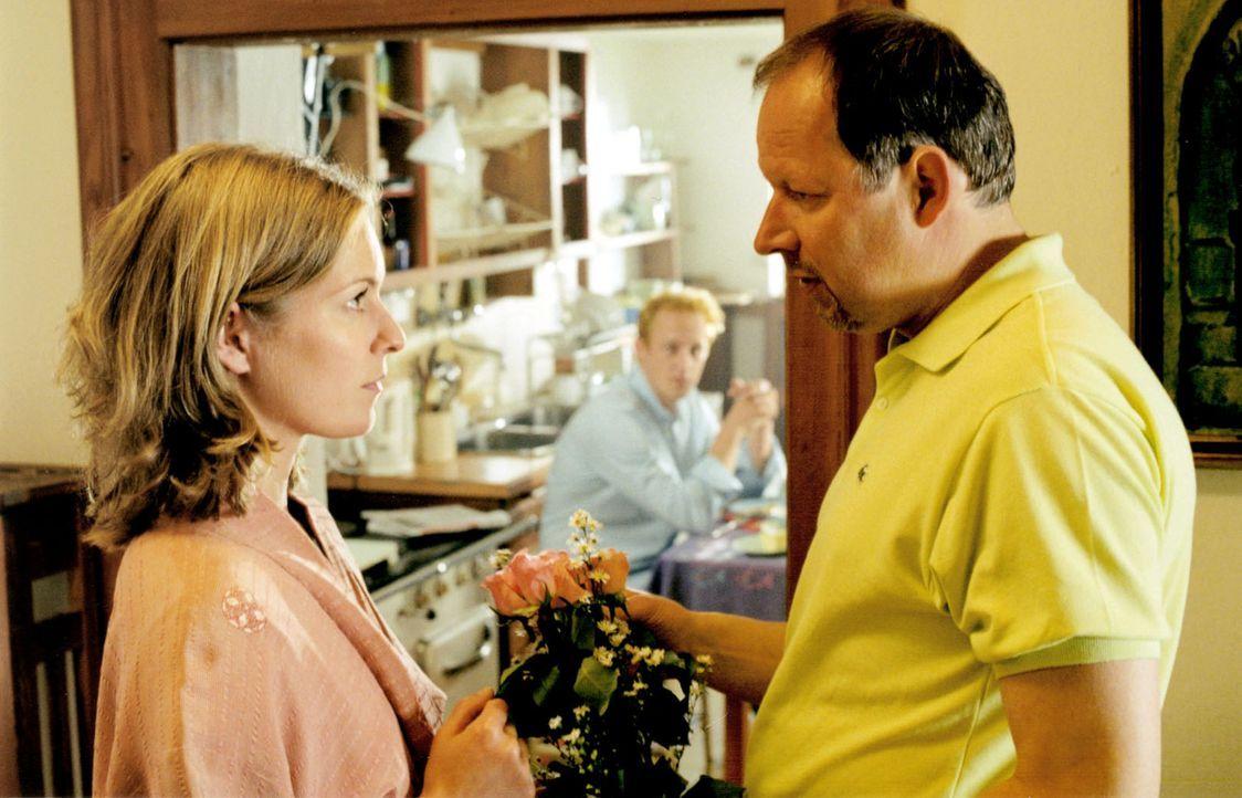 Willi Mattuschek (Axel Milberg, r.) hat Blumen für seine neue Nachbarin Kate (Lisa Martinek, l.). - Bildquelle: Louis Jean Heydt Sat.1