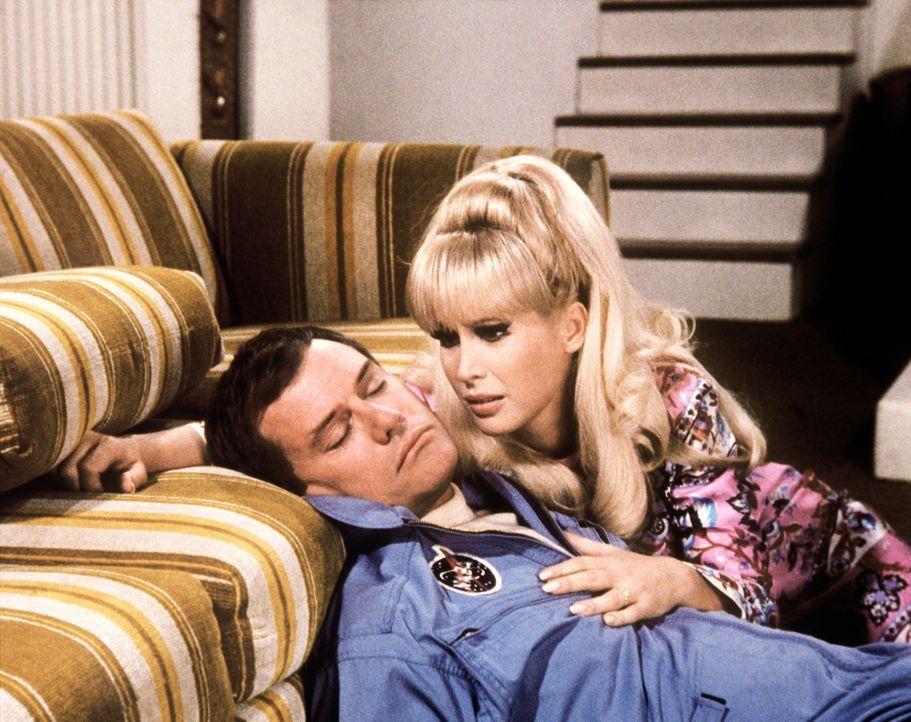 Jeannie (Barbara Eden, r.) hat Tony (Larry Hagman, l.) rechtzeitig nach Hause geblinzelt, doch er hat ein starkes Schlafmittel genommen. - Bildquelle: Columbia Pictures