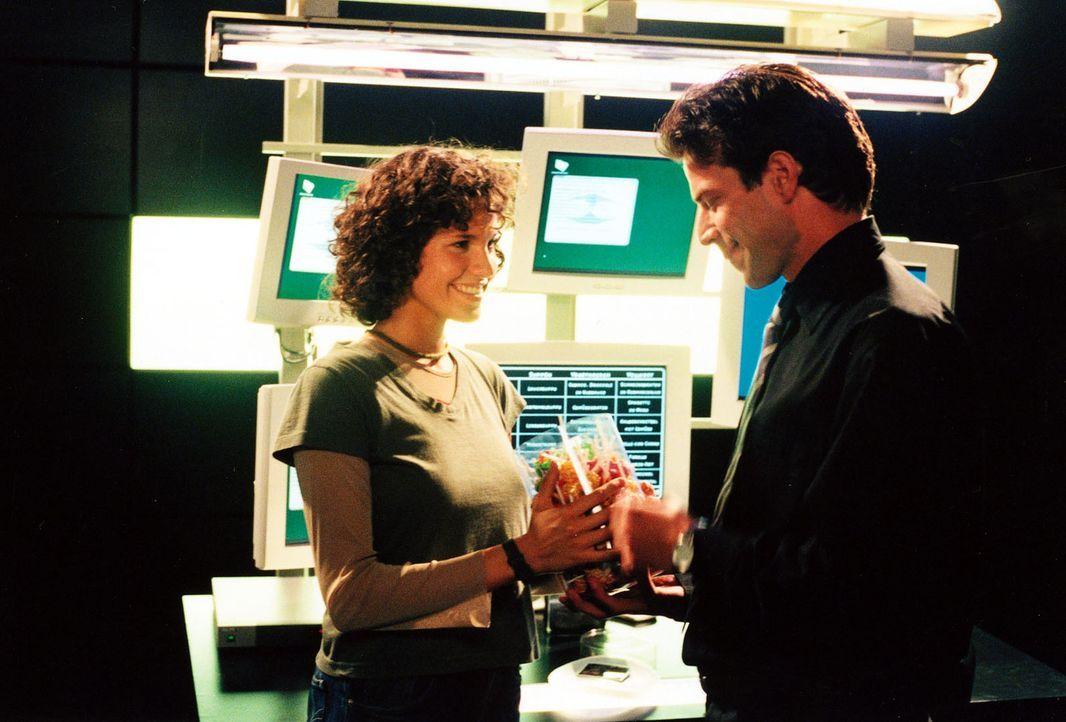 Der Kontakt zwischen Baumann (Johannes Brandrup, r.) und Alissa (Jasmin Gerat, l.) intensiviert sich. Er umwirbt seine Mitarbeiterin und zeigt ihr e... - Bildquelle: Alfred Raschke SAT.1