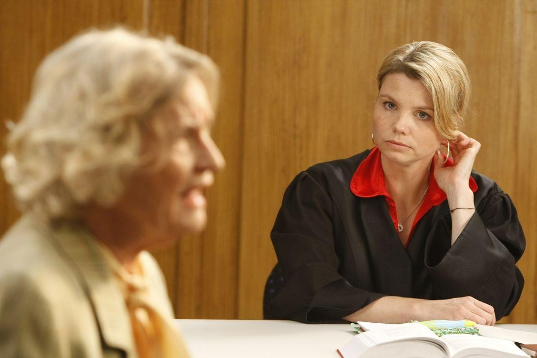 Im Gerichtssaal läuft nicht alles nach Plan, als Annemarie Membach (Gerda Böken, l.), die Nachbarin von Familie Gallwitz, ihre Aussage macht. Danni... - Bildquelle: Frank Dicks SAT.1