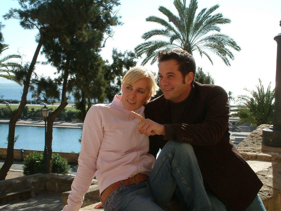 Dana (l.) und Christoph (r.) haben ihren Traum von einem Leben unter Palmen wahr gemacht. - Bildquelle: kabel eins