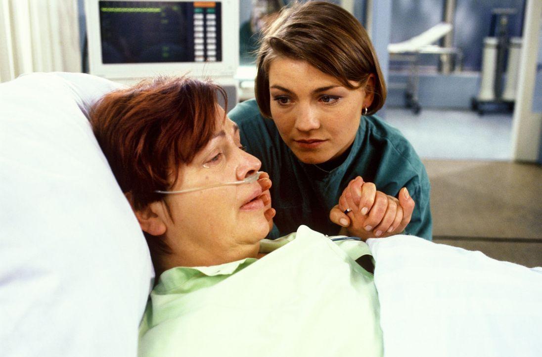 Klara (Walfriede Schmitt, l.) wird an der Brust operiert und Stephanie (Claudia Schmutzler, r.) versucht sie zu trösten. Nachdem der Eingriff über... - Bildquelle: Noreen Flynn Sat.1