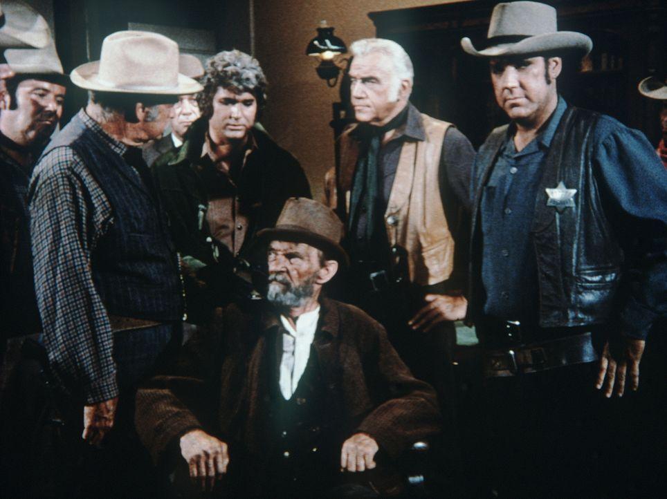 Die Stadt wird von einem Brandstifter terrorisiert. Als Sheriff Coffee (Roy Teal, r.), schließlich einen Verdächtigen verhaftet, sind Ben Cartwright... - Bildquelle: Paramount Pictures