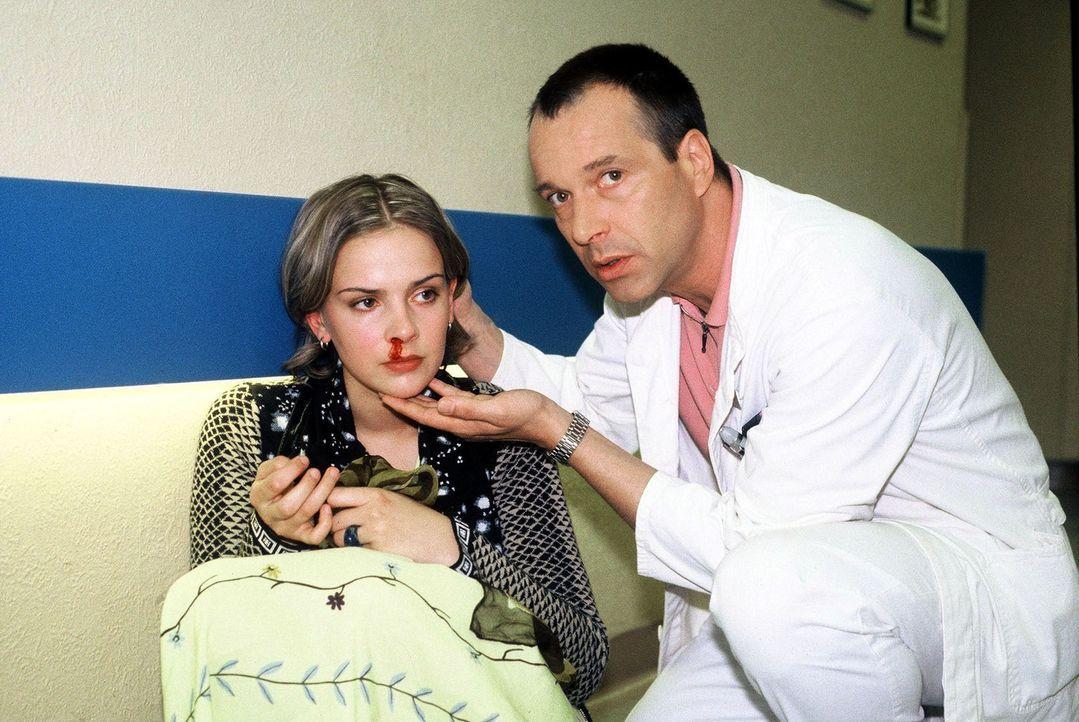 Elda (Denise Zich, l.), die angebliche Tochter von Prof. Günther, wurde im Krankenhaus von einem Patienten angegriffen. Dr. Stein (Christoph Schobe... - Bildquelle: Noreen Flynn Sat.1