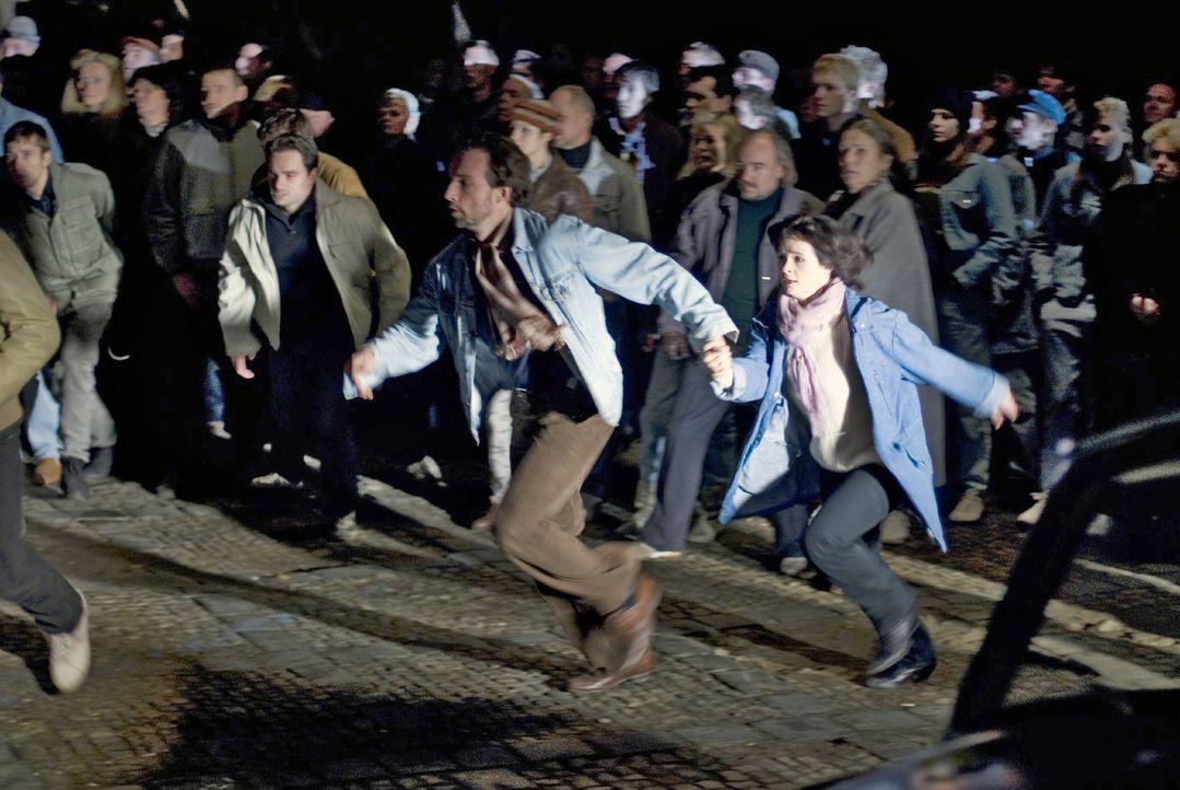 Lutz (Lucas Gregorowicz, l.) und Jule (Anna Fischer, r.) sind auf der Flucht vor der anrückenden Polizei... - Bildquelle: Dirk Plamböck Sat.1
