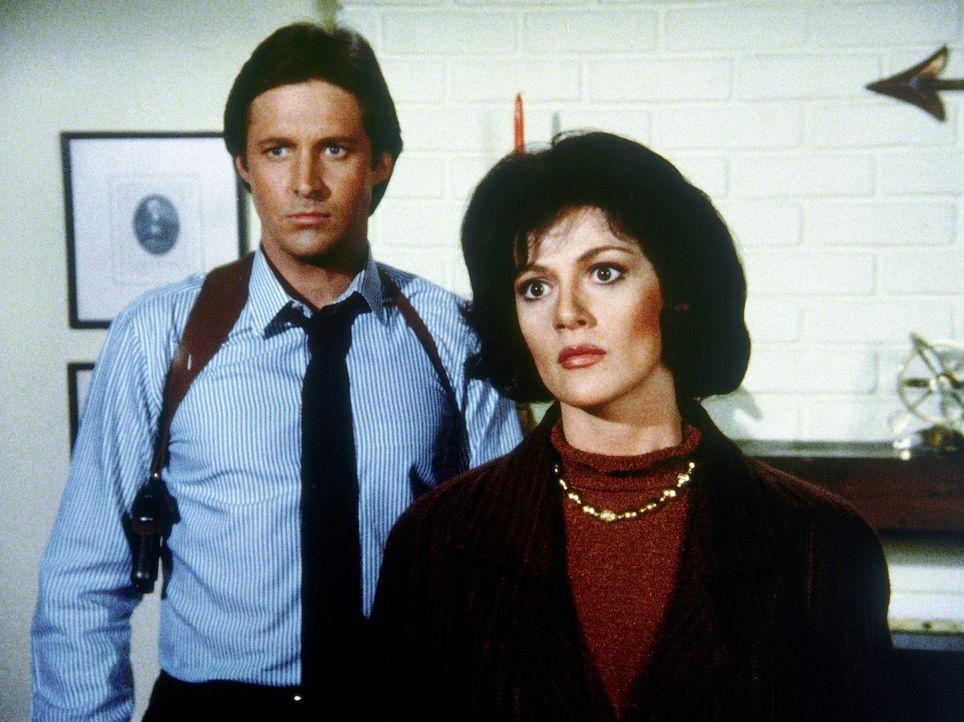 Magda Petrak (Martha Smith, r.) will aus dem ungarischen Geheimdienst aussteigen. Lee (Bruce Boxleitner) soll ihr eine neue Identität verschaffen.