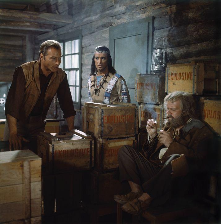 Old Shatterhand (Lex Barker, l.); Winnetou (Pierre Brice, M.) - Bildquelle: BetaFilm