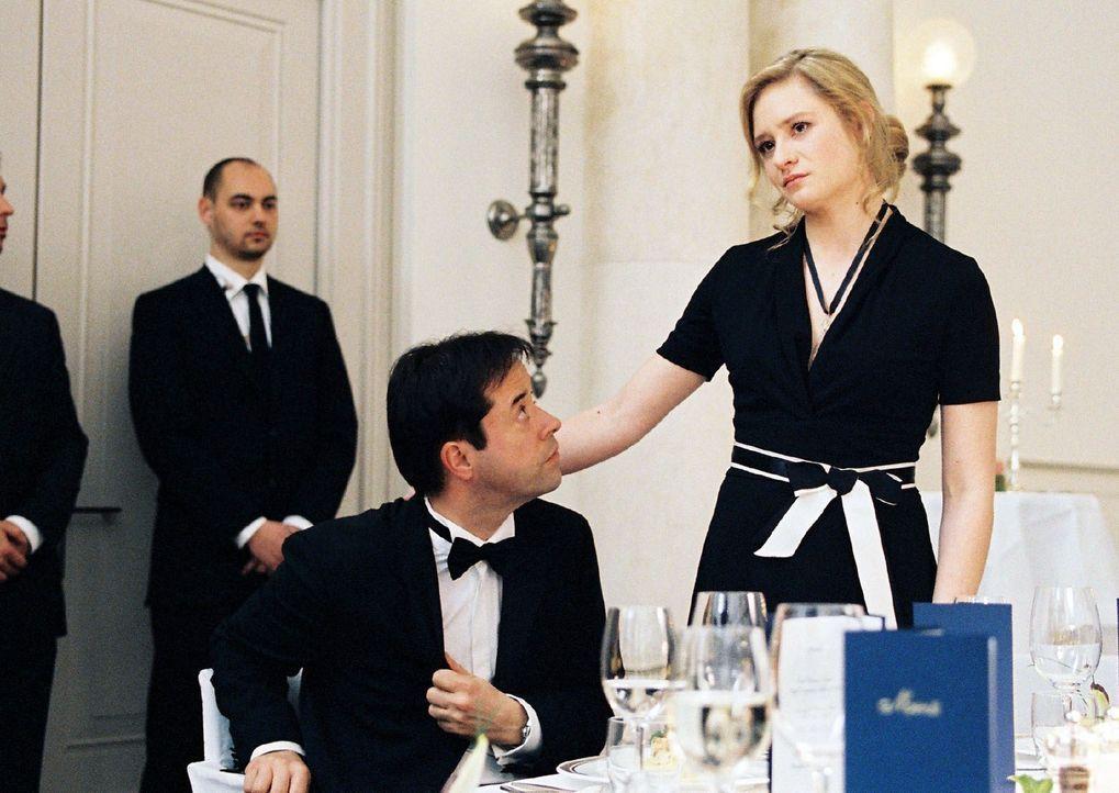 Als Gina (Julia Jentsch, r.) beim Bankett mit der Kanzlerin mit eigenen Augen sieht, dass die Politiker nicht wirklich an der Reduzierung der Armut... - Bildquelle: Stephan Rabold Sat.1