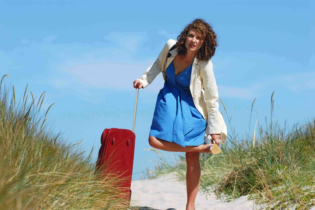 Sara (Marie Rönnebeck) reist von Berlin nach Föhr und wundert sich, dass es auf der Insel keine Taxis gibt. - Bildquelle: Hardy Spitz Sat.1