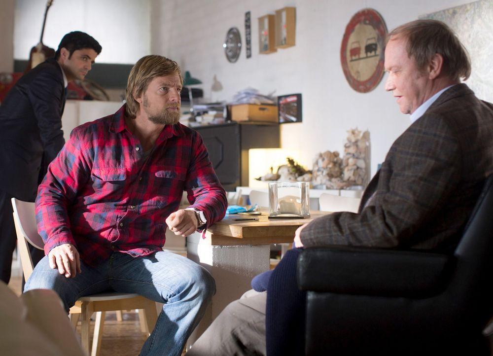 Als Mick (Henning Baum, M.) und Andreas (Maximilian Grill, l.) auf den Vater des Ermordeten stoßen, treffen sie auf einen sehr unglücklichen Mann. W... - Bildquelle: Martin Rottenkolber SAT. 1