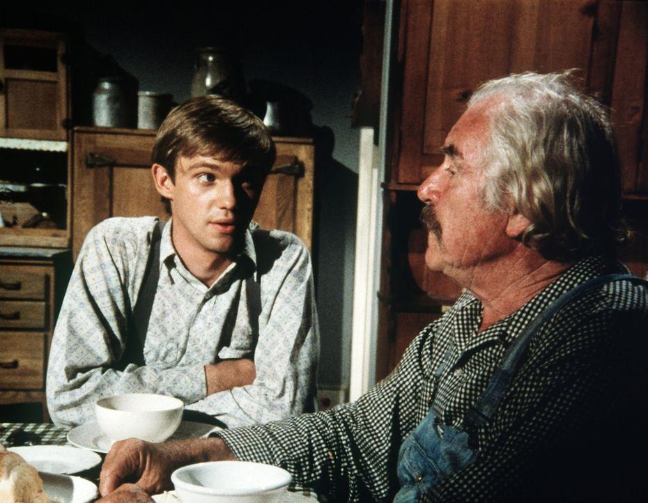 John-Boy (Richard Thomas, l.) versucht, seinem Großvater (Will Geer, r.) zu erklären, warum er seinen Vater gerade jetzt so sehr vermisst. - Bildquelle: WARNER BROS. INTERNATIONAL TELEVISION