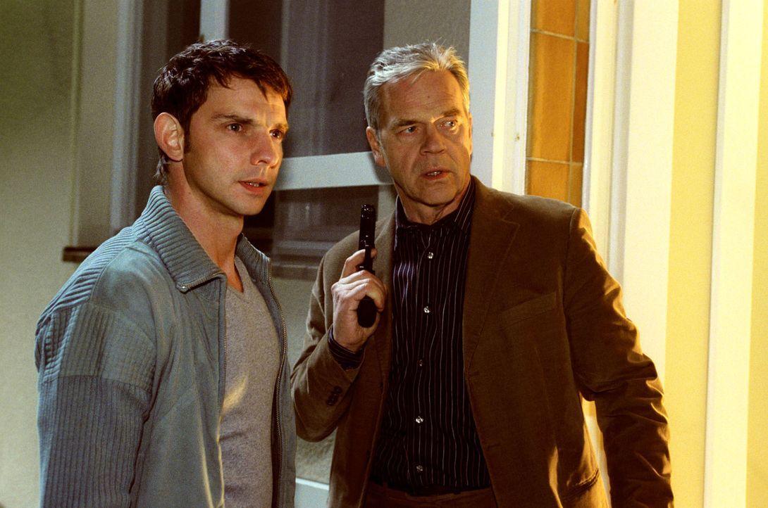 Wolff (Jürgen Heinrich, r.) und Tom (Steven Merting, l.) gehen der Beobachtung der Augenzeugin nach und versuchen in das Haus zu kommen ... - Bildquelle: Claudius Pflug Sat.1