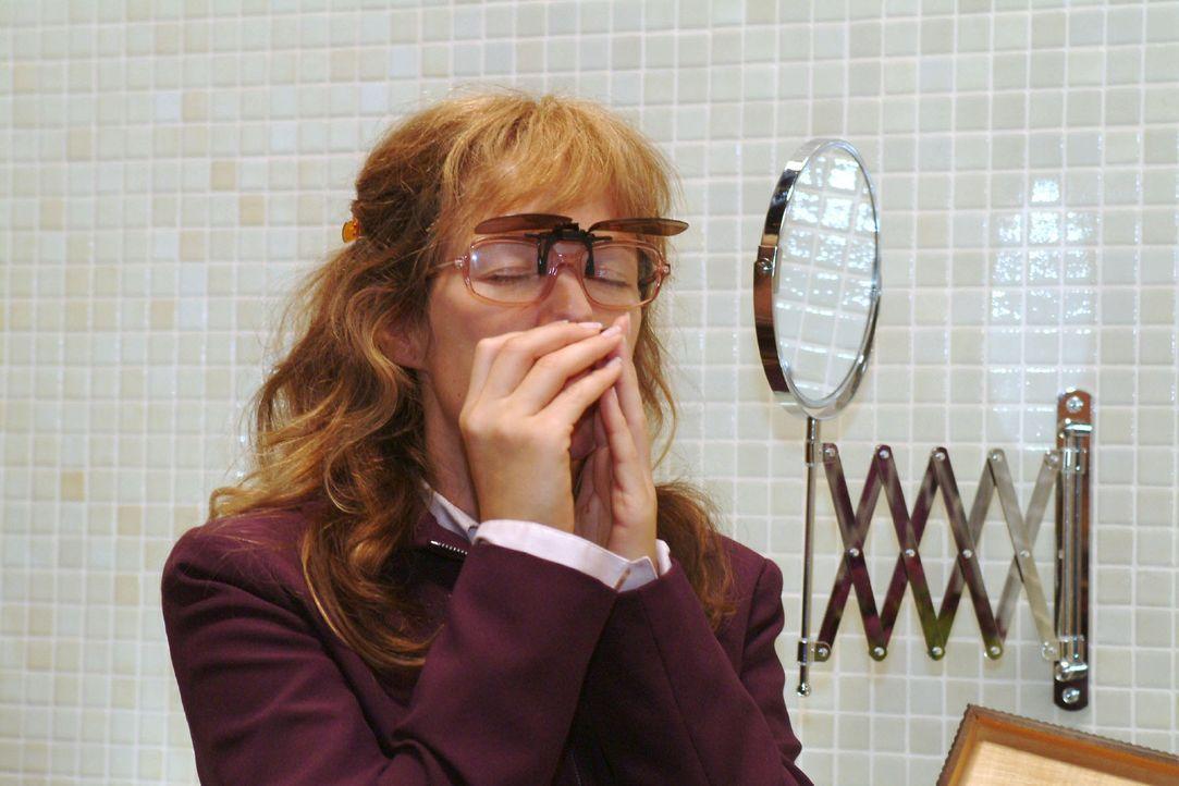 Lisa (Alexandra Neldel) schnuppert an der Mondmorchel, die bei ihr ihre ganze Wirkung entfaltet ... (Dieses Foto von Alexandra Neldel darf nur in Zu... - Bildquelle: Monika Schürle Sat.1