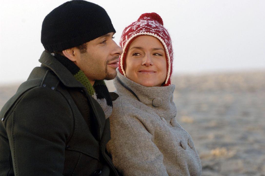 Anna (Jeanette Biedermann, r.) und Jannick (Mike Adler, l.) wollen sich auf einer einsamen Nordseeinsel das Ja-Wort geben - und können ihr Glück kau... - Bildquelle: Claudius Pflug Sat.1