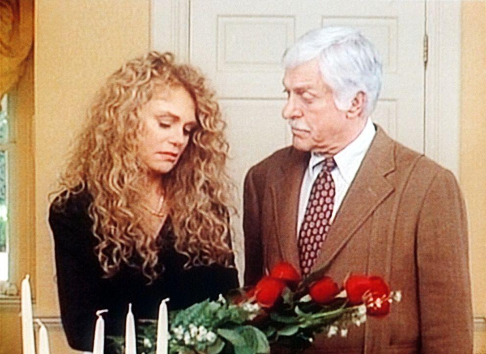 Mark (Dick Van Dyke, r.) tröstet die trauernde Witwe Bonnie Valin (Dyan Cannon, l.). - Bildquelle: Viacom