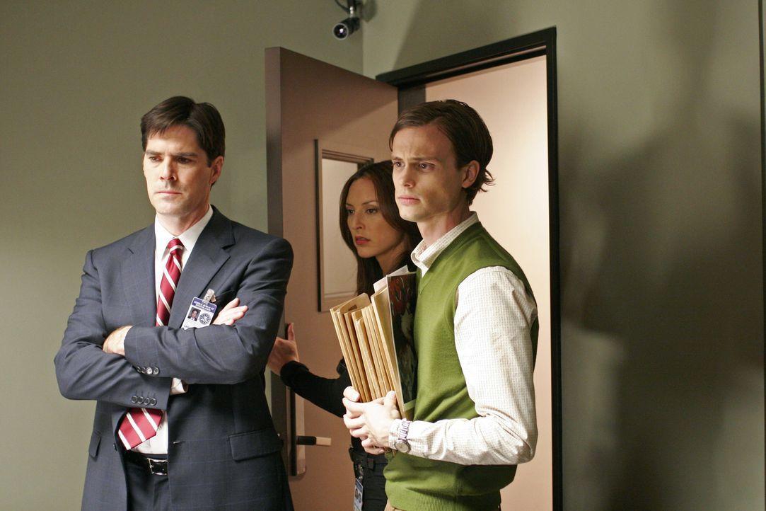 Gemeinsam versuchen Dr. Spencer Reid (Matthew Gray Gubler, r.), Agent Aaron Hotchner (Thomas Gibson, l.) und Agentin Elle Greenway (Lola Glaudini, M... - Bildquelle: 2005 CBS BROADCASTING INC. All Rights Reserved.