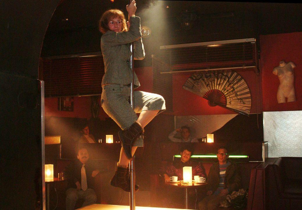 Von Rokko provoziert, begibt sich Lisa (Alexandra Neldel) auf die Tanzbühne an die Stange ... (Dieses Foto von Alexandra Neldel darf nur in Zusammen... - Bildquelle: Monika Schürle Sat.1