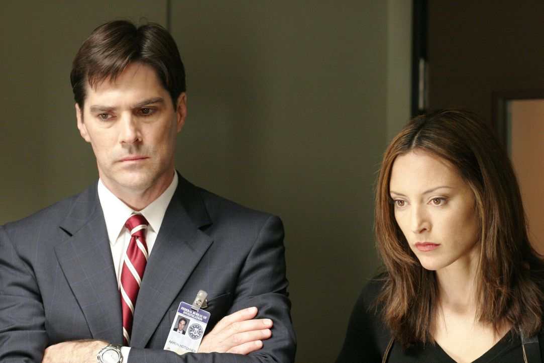 Noch tappen Agent Aaron Hotchner (Thomas Gibson, l.) und Agentin Elle Greenway (Lola Glaudini, r.) im Dunkeln ... - Bildquelle: 2005 CBS BROADCASTING INC. All Rights Reserved.