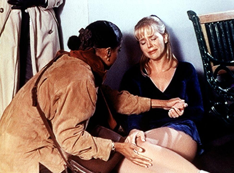Amanda (Victoria Rowell, l.) kümmert sich um die Eiskunstläuferin Julie Miller (Julie Benz, r.), die bei einem Anschlag verletzt wurde. - Bildquelle: Viacom