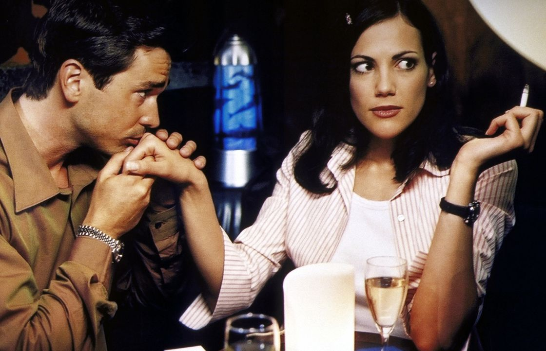Wütend und enttäuscht beginnt Anne (Bettina Zimmermann, r.) einen Flirt mit ihrem Ex (Thorsten Grasshoff, l.) - sehr zu Stefans Freude ... - Bildquelle: Kaysser ProSieben