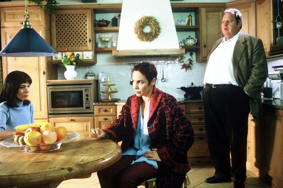 Sabrina Lorenz (Katerina Jacob, M.) und Benno Berghammer (Ottfried Fischer, r.) befragen Edith Kolka (Ute Willing, l.) zu dem Mord an Roswitha Schar... - Bildquelle: Magdalena Mate Sat.1