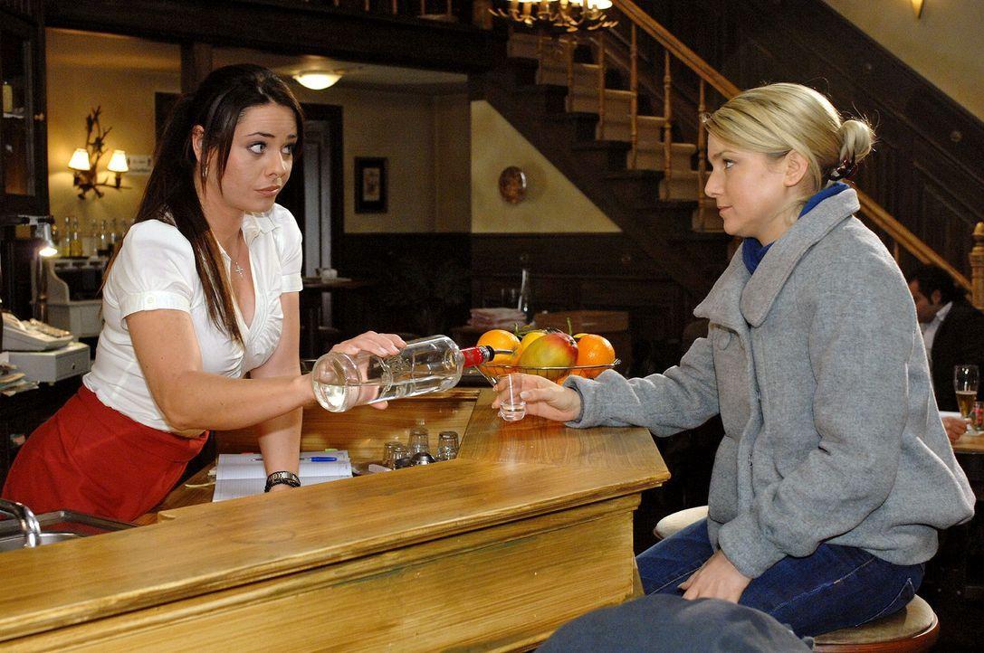 Frustriert über Jonas' Reaktion, versucht Anna sich mit Alkohol zu trösten. v.l.n.r.: Paloma (Maja Maneiro), Anna (Jeanette Biedermann) - Bildquelle: Oliver Ziebe Sat.1